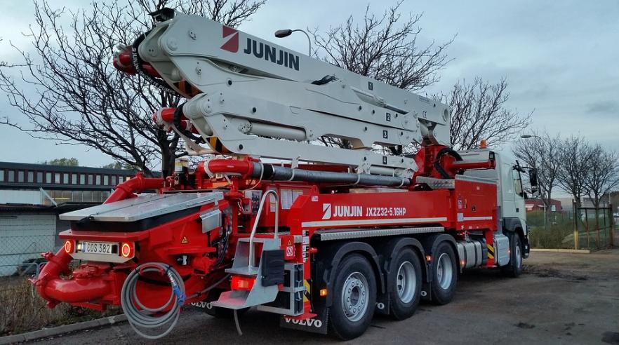 this picture shows concrete pumping crane